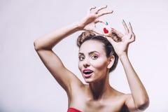 Muchacha hermosa del modelo de moda con las galletas con los corazones Fotografía de archivo