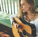 Muchacha hermosa del país con su guitarra Imagenes de archivo