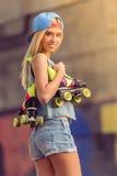 Muchacha hermosa del patinador del rodillo Fotos de archivo libres de regalías