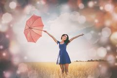 Muchacha hermosa del pelirrojo con el paraguas Foto de archivo libre de regalías