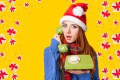 Muchacha hermosa del pelirrojo en sombrero de la Navidad Fotografía de archivo