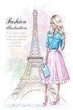 Muchacha hermosa del pelo rubio con el bolso Mujer de la moda con la torre Eiffel en fondo Mujer joven dibujada mano en ropa de l Fotografía de archivo libre de regalías