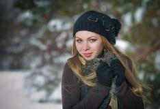 Muchacha hermosa del pelo rubio en ropa del invierno Foto de archivo