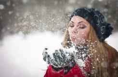 Muchacha hermosa del pelo rubio en ropa del invierno Imagenes de archivo