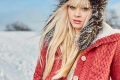 Muchacha hermosa del pelo rubio en ropa del invierno Fotografía de archivo