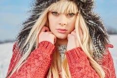 Muchacha hermosa del pelo rubio en ropa del invierno Imagen de archivo libre de regalías