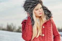 Muchacha hermosa del pelo rubio en ropa del invierno Imágenes de archivo libres de regalías