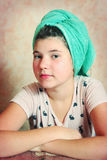 Muchacha hermosa del preadolescente con el pelo mojado en toalla Imágenes de archivo libres de regalías