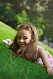 Muchacha hermosa del preadolescente que disfruta de su tiempo afuera en parque con su Imagen de archivo libre de regalías