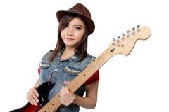 Muchacha hermosa del punk rock con su guitarra, en el fondo blanco Imagen de archivo libre de regalías