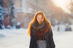 Muchacha hermosa del redhair del retrato en tiempo escarchado del invierno Imagen de archivo