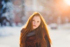 Muchacha hermosa del redhair del retrato en tiempo escarchado del invierno Fotografía de archivo libre de regalías