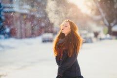 Muchacha hermosa del redhair del retrato en tiempo escarchado del invierno Fotos de archivo