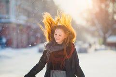 Muchacha hermosa del redhair del retrato en tiempo escarchado del invierno Imágenes de archivo libres de regalías