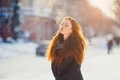 Muchacha hermosa del redhair del retrato en tiempo escarchado del invierno Foto de archivo libre de regalías