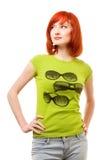 Muchacha hermosa del redhead en camiseta verde Fotos de archivo libres de regalías