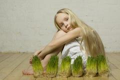 Muchacha hermosa del resorte con la hierba Foto de archivo