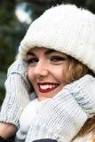 Muchacha hermosa del retrato con el pelo largo y los labios rojos en sombrero hecho punto Imágenes de archivo libres de regalías