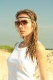 Muchacha hermosa del retrato en gafas fotos de archivo