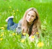 Muchacha hermosa del retrato que miente en la hierba Imagen de archivo libre de regalías
