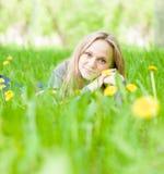 Muchacha hermosa del retrato que miente en la hierba Fotografía de archivo