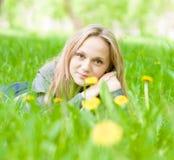 Muchacha hermosa del retrato que miente en la hierba Imagen de archivo