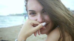 Muchacha hermosa del retrato que se sienta en la playa Mujer con el pelo que agita en el viento almacen de video