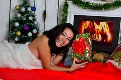 Muchacha hermosa delante de la chimenea Fotografía de archivo libre de regalías