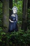 Muchacha hermosa echada en el bosque Fotos de archivo libres de regalías