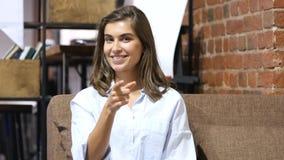 Muchacha hermosa emocionada que señala con el finger hacia cámara Fotos de archivo