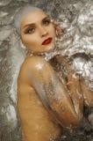 Muchacha hermosa en agua brillante fotos de archivo