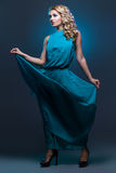 Muchacha hermosa en alineada azul foto de archivo libre de regalías