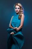 Muchacha hermosa en alineada azul fotografía de archivo libre de regalías