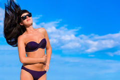 Muchacha hermosa en bikini con volar el pelo largo Imágenes de archivo libres de regalías
