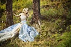 Muchacha hermosa en bosque de hadas fotografía de archivo libre de regalías