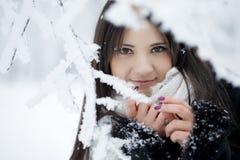 Muchacha hermosa en bosque del invierno Imagen de archivo