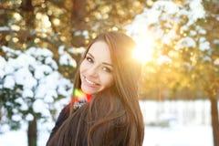 Muchacha hermosa en bosque del invierno Foto de archivo libre de regalías