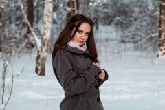 Muchacha hermosa en bosque del invierno Imágenes de archivo libres de regalías