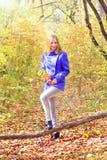 muchacha hermosa en bosque del otoño Fotos de archivo