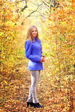 Muchacha hermosa en bosque del otoño Imagenes de archivo