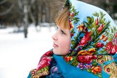 Muchacha hermosa en bufanda en fondo hivernal Fotografía de archivo