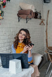 Muchacha hermosa en café Imagen de archivo