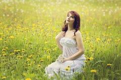 Muchacha hermosa en campo de flor Imagen de archivo