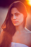 Muchacha hermosa en campo de trigo en la puesta del sol Fotografía de archivo libre de regalías