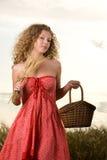 Muchacha hermosa en campo de trigo en puesta del sol Imagen de archivo libre de regalías