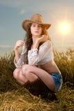 Muchacha hermosa en campo de trigo en puesta del sol Imágenes de archivo libres de regalías