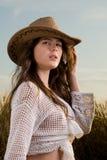 Muchacha hermosa en campo de trigo en puesta del sol Fotos de archivo