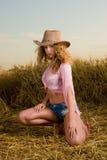 Muchacha hermosa en campo de trigo en puesta del sol Imagen de archivo