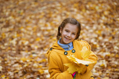 Muchacha hermosa en capa amarilla Fotografía de archivo libre de regalías