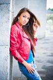 Muchacha hermosa en chaqueta roja Foto de archivo